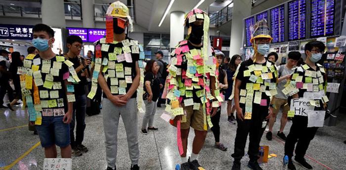 Manifestantes colam post-it em protesto em aeroporto de Hong Kong.