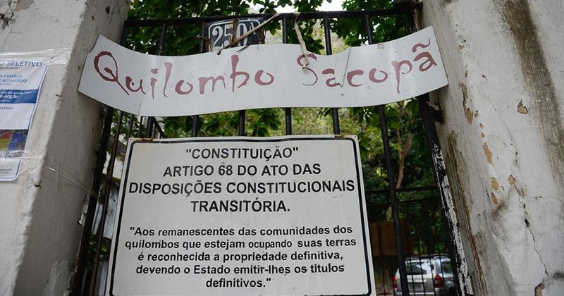 Dinâmica política e econômica da distribuição de terras no Brasil prioriza a expansão das grandes propriedades em detrimento das comunidades tradicionais. Na imagem, quilombo Sacopã, no Rio de Janeiro.
