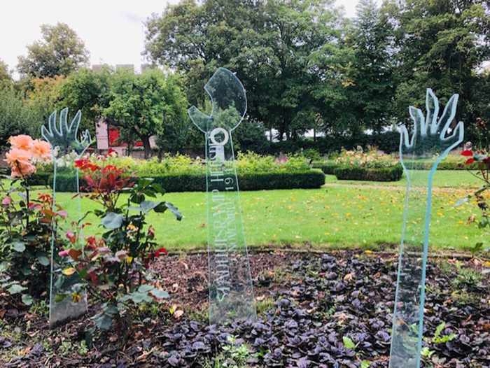 Mãos de vidro, escultura de Felicitas Engels, no jardim do museu A Casa do Governador, para lembrar os 126 motos na explosão da prefeitura de Heusden.