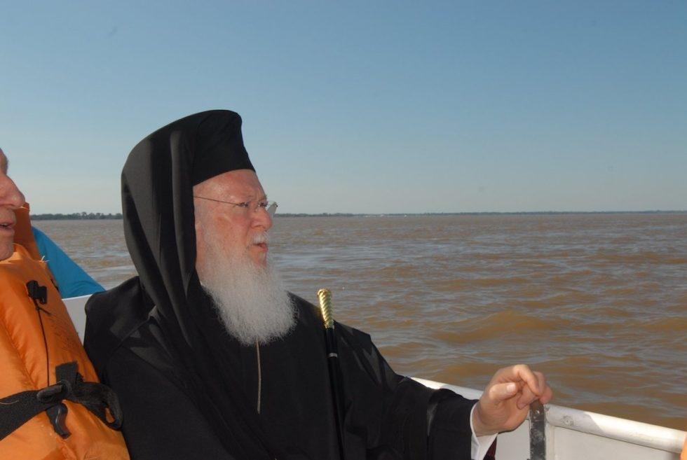 O patriarca Bartolomeu no Amazonas, em 2006, durante o simpósio Reliigão, Ciência, Ambiente, dedicado à região amazônica e ao tema da 'água, fonte de vida'.
