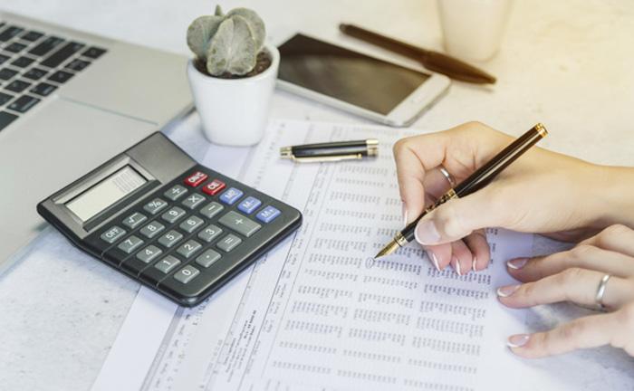 A aposentadoria é um benefício previdenciário, logo, tem caráter contributivo.