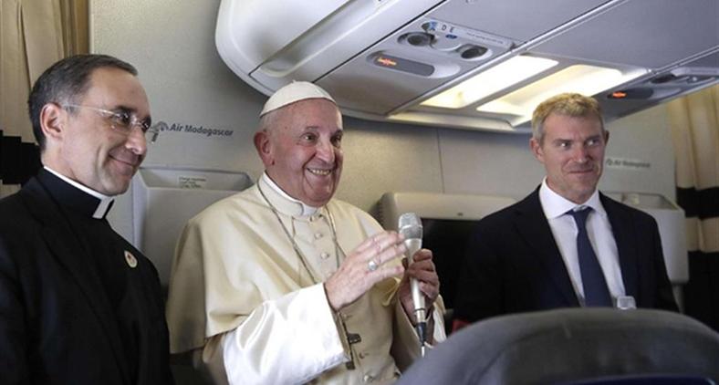 Papa Francisco conversa com jornalistas durante voo após sua recente viagem à África. (Alessandra Pool/ Pool via Reuters)