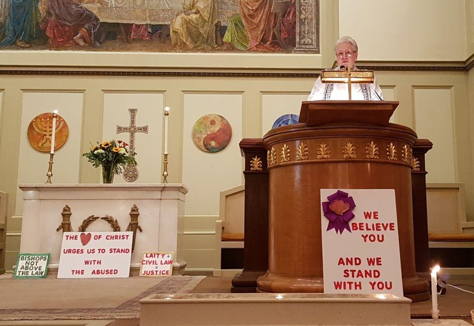 Marie Collins oferece a primeira palestra de seu tour por cinco cidades na Primeira Igreja Unitária de Baltimore, em 10 de setembro.