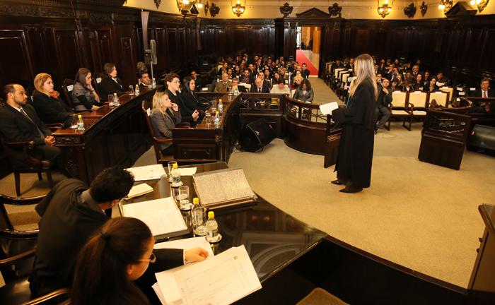Sete dos 25 jurados são sorteados, na presença de representantes da acusação e da defesa, para compor o Conselho de Sentença.