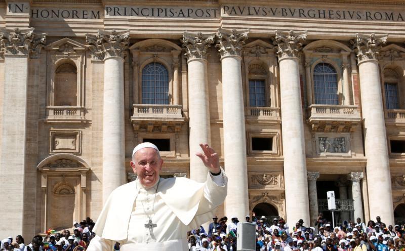 Papa Francisco cumprimenta a multidão quando chega para sua audiência geral na Praça de São Pedro, no Vaticano, em 11 de setembro de 2019.