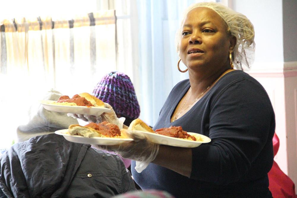 Elaine Nelson, gerente de serviços de alimentação do Mercy Hospice, na Filadélfia, serve pratos quentes de espaguete e almôndegas aos assistidos da Serviços Sociais Católicos, mulheres sem-teto e seus filhos nesta foto de 12 de fevereiro de 2014.