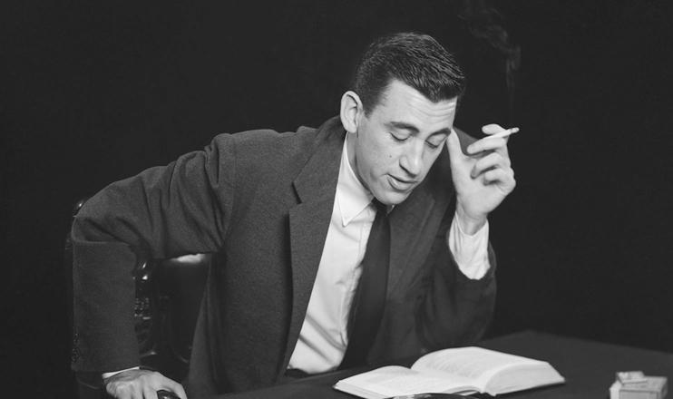 O escritor J.D. Salinger dá especial atenção a personagens jovens diante da sociedade de consumo. (San Diego Historical Society)