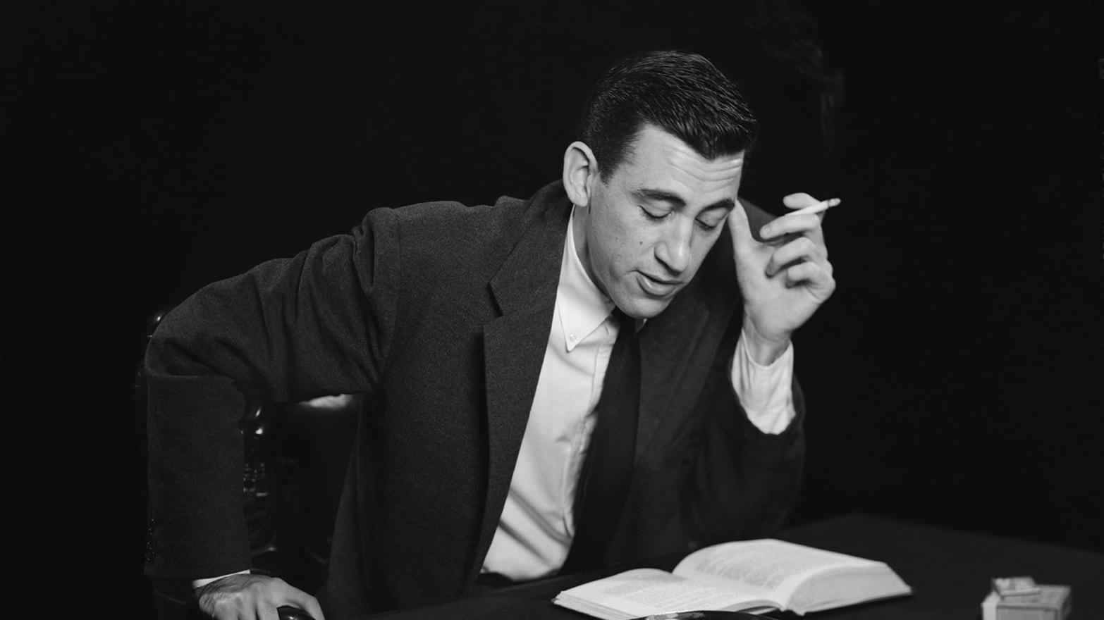 O escritor J.D. Salinger dá especial atenção a personagens jovens diante da sociedade de consumo.