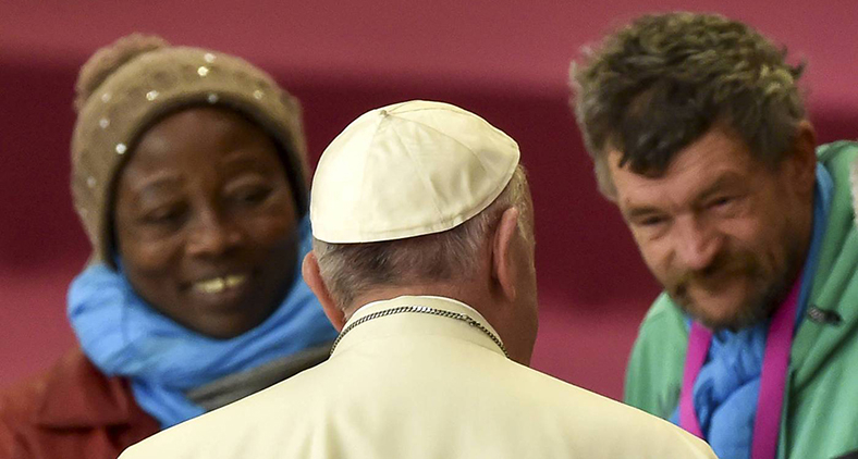 Papa Francisco cumprimenta moradores de rua durante audiência para os sem-teto e socialmente excluídos, no salão Paulo VI em 11 de novembro de 2016 no Vaticano. (AFP/ Alberto Pizzoli)