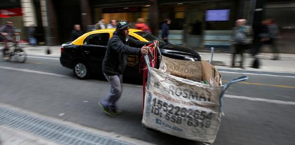 Catador de lixo empurra carrinho em rua de Buenos Aires, na Argentina. (Agustin Marcaria/Reuters)