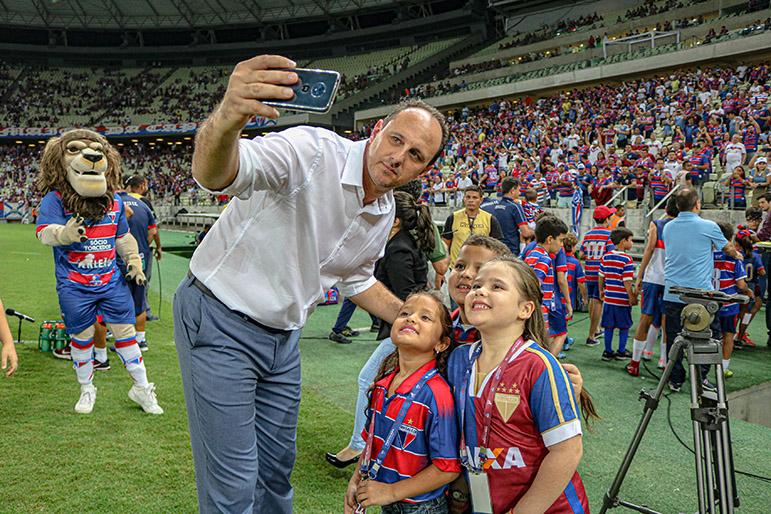 Rogério Ceni recebe o carinho de torcedores mirins do Fortaleza.