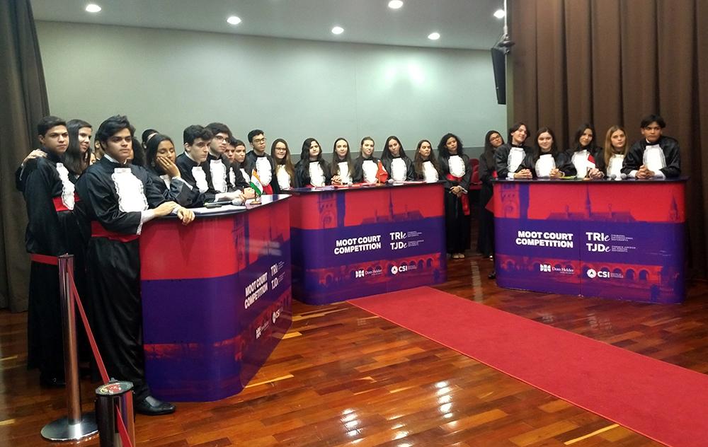 Estudantes participam da Câmara de Julgamento, presidida pelo juiz federal André Prado Vasconcelos.
