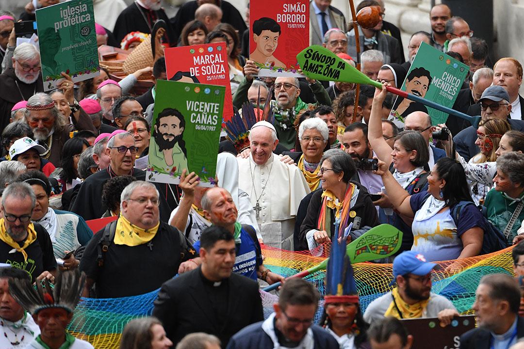 Papa Francisco durante procissão de abertura rumo à sala do Sínodo, nesta segunda (7).