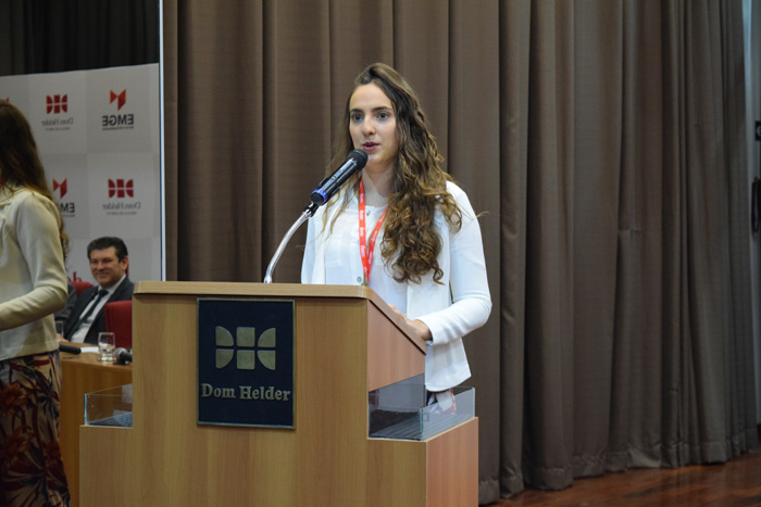 A advogada criminalista Paula Brener, presidente do ICP Jovem, discursa na abertura do evento.