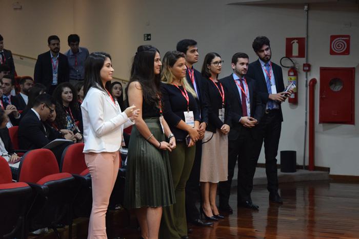 Participantes da I Competição Mineira de Direito e Processo Penal acompanham a solenidade.