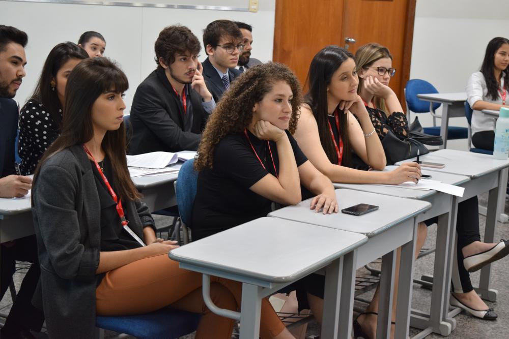 Alunos durante as defesas sobre as medidas protetivas de urgência da Lei Maria da Penha