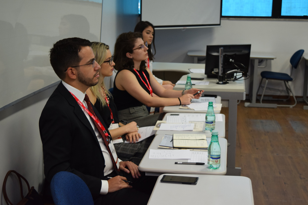 Integrantes do ICP avaliam os jovens concorrentes.
