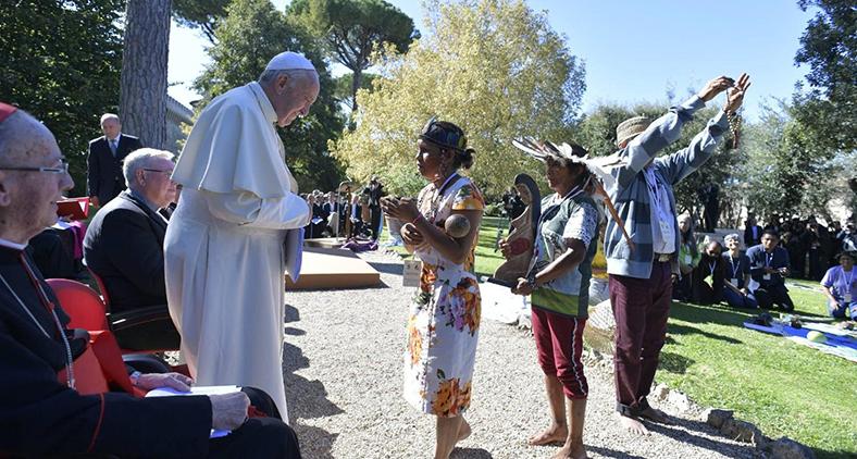 """Em cerimônia nos Jardins Vaticanos, papa abriu """"simbolicamente"""" o Sínodo reunindo representantes dos povos originários da Amazônia. (Vatican Media)"""