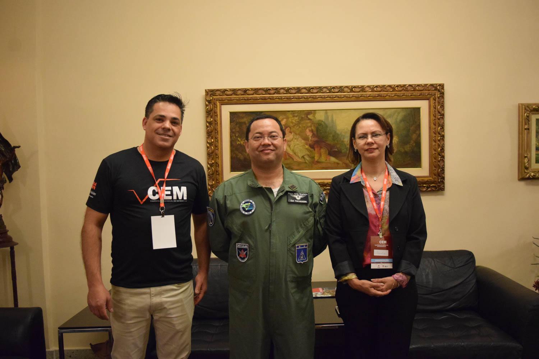 Professor Fischer Stefan ao lado do Coronel Aviador Marcus Vinícios de Mello Takahashi e da pró-reitora de Anacélia Santos Rocha.