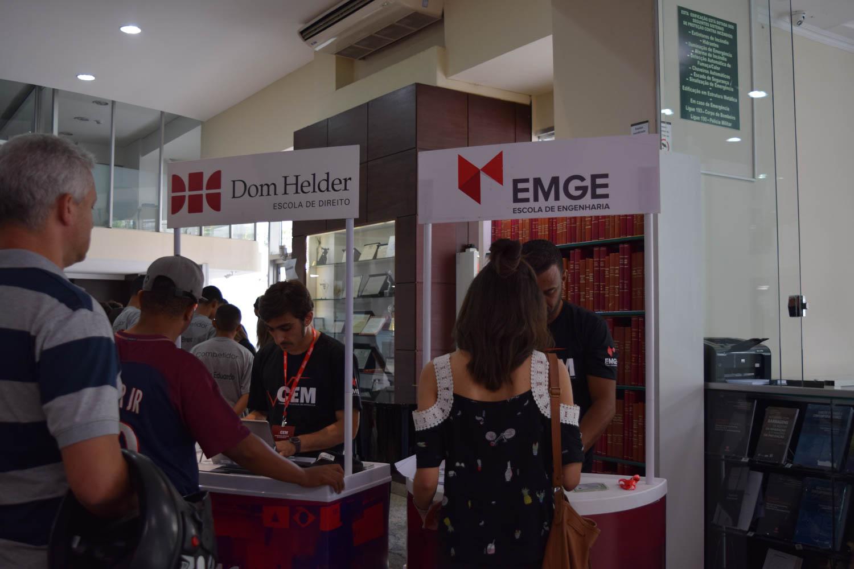 Stand montado para realização das inscrições para os vestibulares da Dom Helder Escola de Direito e Escola de Engenharia de Minas Gerais (EMGE).