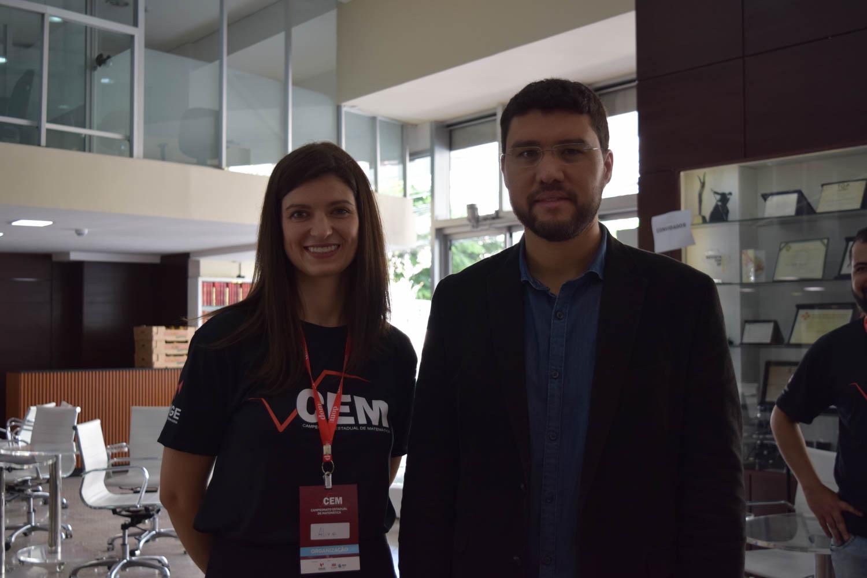 Professora e coordenadora do CEM Aline Oliveira ao lado do reitor da EMGE, Franclim Brito.