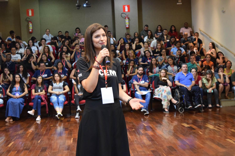 Professora e coordenadora do CEM Aline Oliveira.
