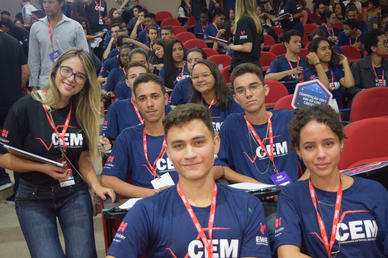 Aluna da EMGE ao lado dos finalistas do CEM.