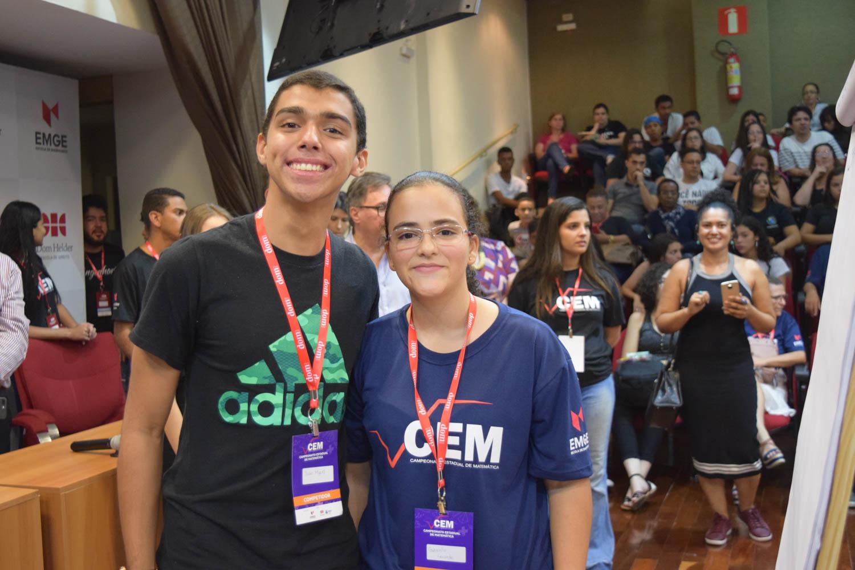 Alunos João Miguel Borges e Gabrielle Lacerda, do Colégio Tiradentes - Argentino Madeira, ganhadores do 1º lugar do CEM.