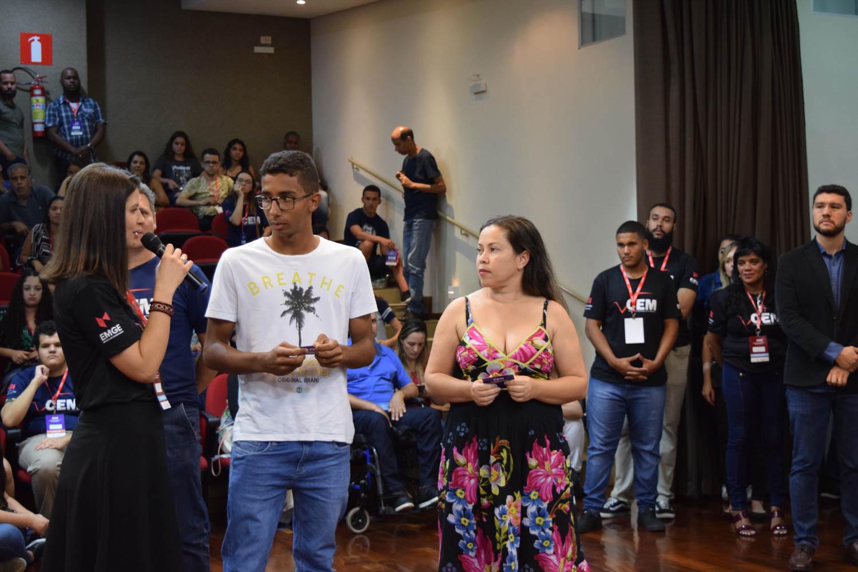 Aline Oliveira durante à entrega dos tablets sorteados ao público presente.