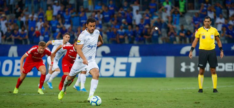 Pênalti duvidoso evitou mais uma derrota do Cruzeiro no Brasileirão