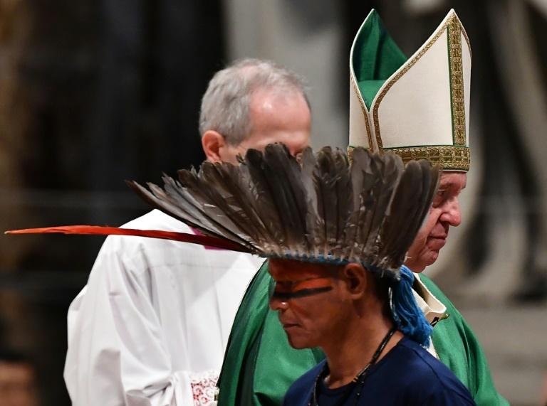 Representante de um grupo étnico amazônico, junto ao papa Francisco