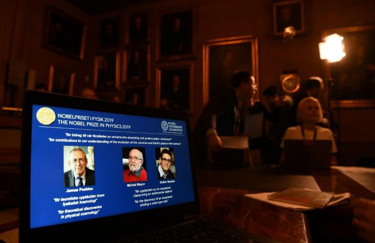 Os vencedores do Nobel de Física (da esq. para dir.) James Peebles, Michel Mayor e Didier Queloz, em 8 de outubro de 2019