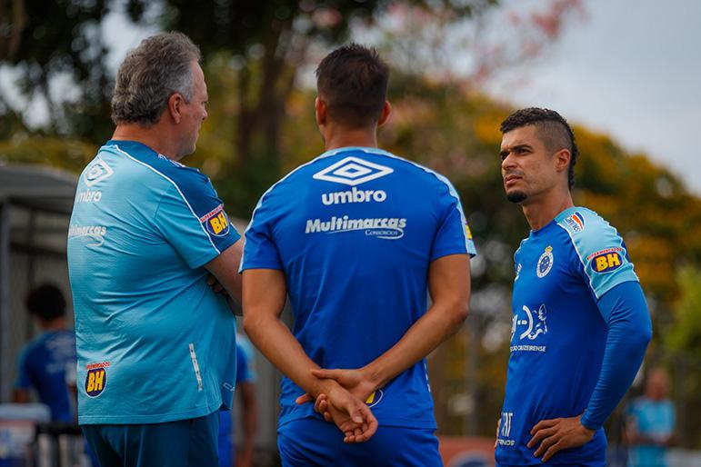 O técnico Abel conversa com o lateral Egídio, que garantiu que o Cruzeiro não será rebaixado.