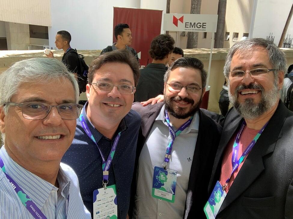 Professores Ricardo Luiz de Freitas e Cristiano Lacerda, da EMGE, acompanhados por palestrantes do evento.