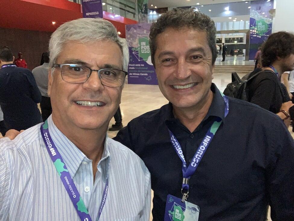 Professor Ricardo Luiz de Freitas, da EMGE, acompanhado por palestrante do evento.
