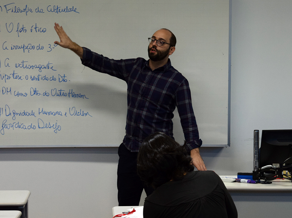 Professor Felipe Rodolfo de Carvalho, da UFMT, ministra curso com o tema 'Direito orientado para o humano'.
