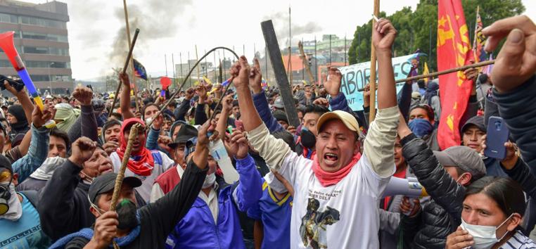 Manifestantes nos arredores da Assembleia Nacional, em Quito, em 8 de outubro de 2019  (AFP)