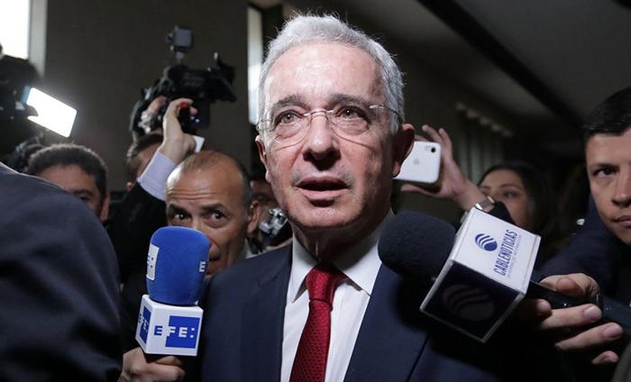 Na terça-feira, Uribe, que nega todas as acusações contra ele, depôs por sete horas diante de um juiz em Bogotá.