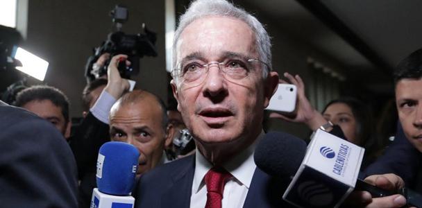 Na terça-feira, Uribe, que nega todas as acusações contra ele, depôs por sete horas diante de um juiz em Bogotá. (Luisa Gonzalez/Reuters)