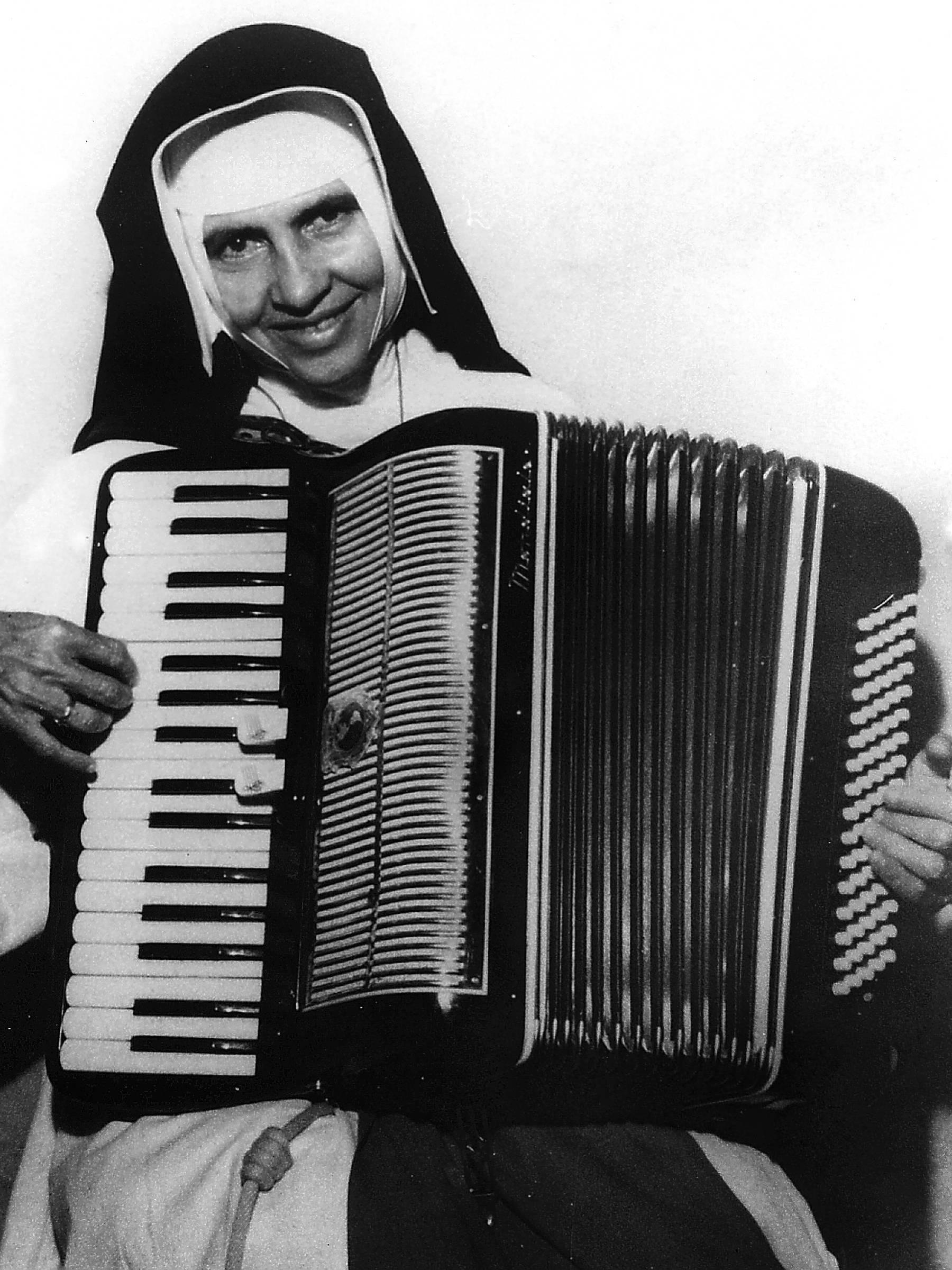 Irmã Dulce também tocava sanfona e cantava nas ruas de Salvador para arrecadar contribuições para obras sociais.