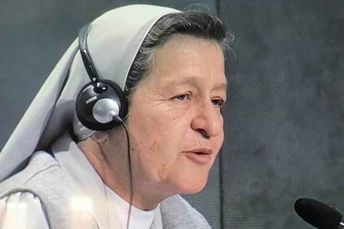 A freira colombiana Alba Teresa Cediel Castilho fala durante o Sínodo da Amazônia, no Vaticano.