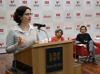Jonas Samudio durante mesa-redonda 'Linguagem, feminino e literatura'. (Thiago Ventura/DomTotal)