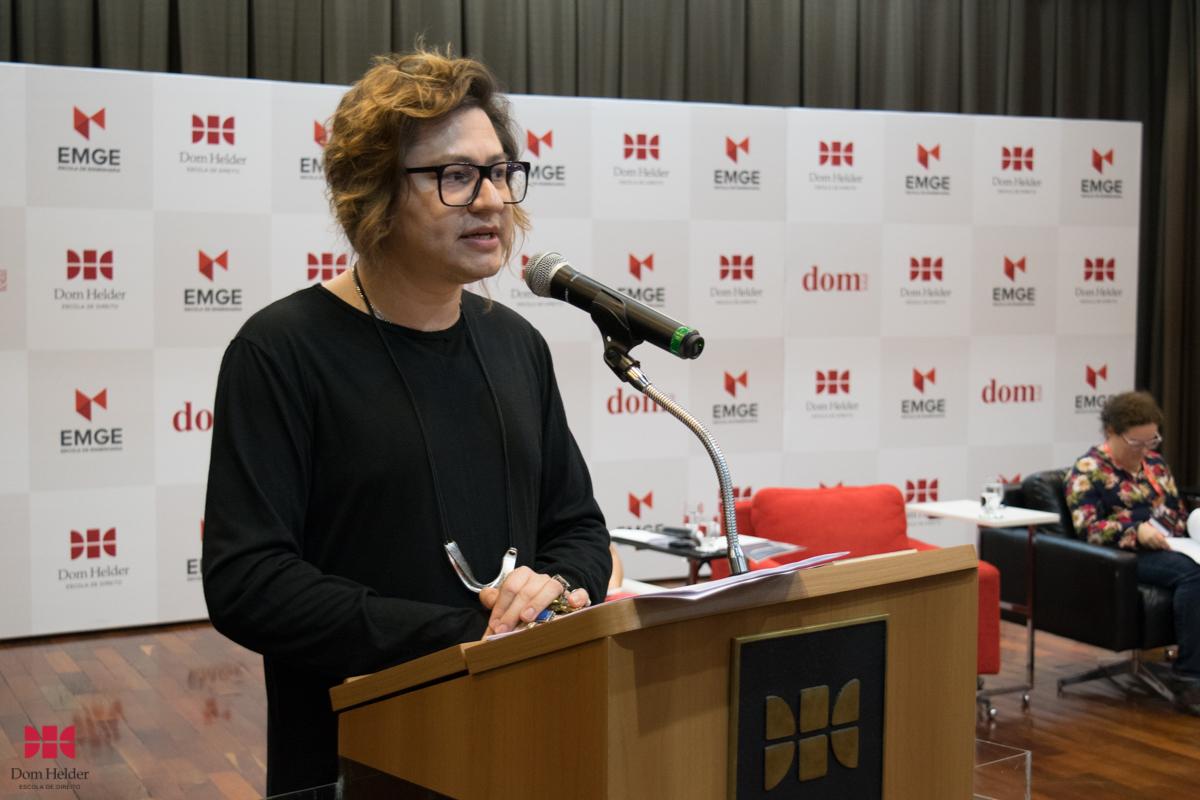 Jonas Samudio durante mesa-redonda 'Linguagem, feminino e literatura'.