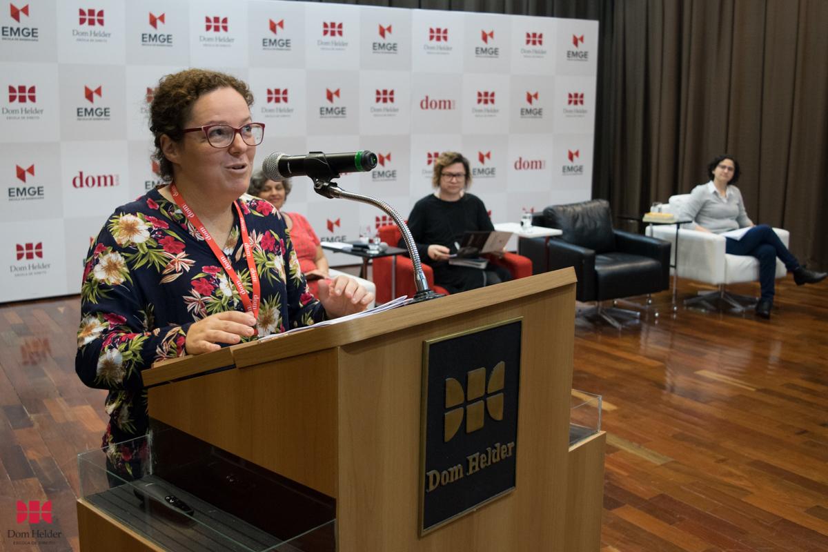 Ângela Cristina Salgueiro Marques durante mesa-redonda 'Linguagem, feminino e literatura'.