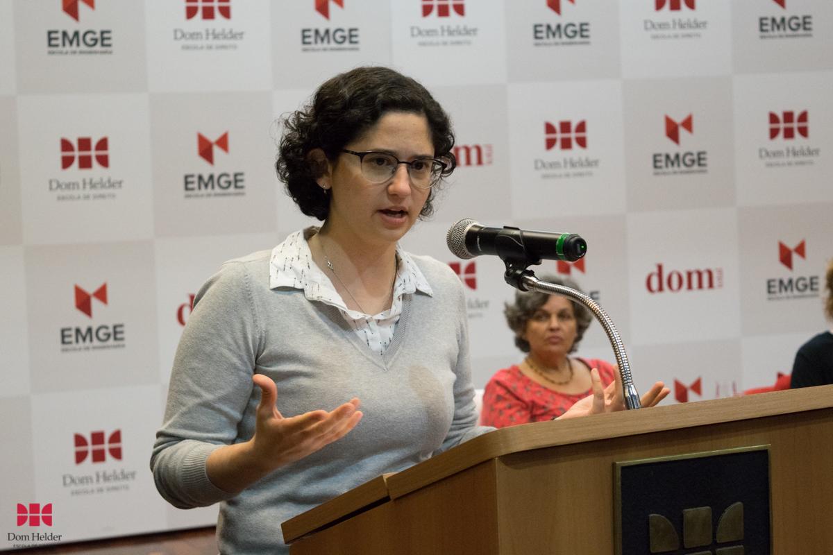 Lucila Lang Patriani de Carvalho faz palestra durante a mesa-redonda 'Linguagem, feminino e literatura'.