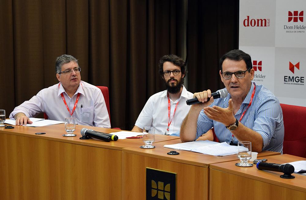 Professor Nilo Ribeiro Júnior discursa na conferência de encerramento.