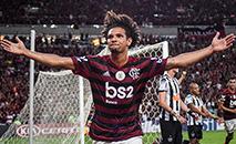 Willian Arão conseguiu fazer o gol mesmo com os três zagueiros do Atlético medindo mais de 1.90m. (ALEXANDRE NETO / Photopress/Gazeta Press)