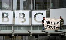 Alguns ativistas conseguiram escalar o toldo acima da entrada da sede da BBC em Londres. (AFP)