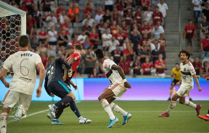 Flamengo venceu o Furacão, mas saiu na bronca com a arbitragem