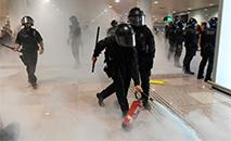 Polícia repele manifestantes no aeroporto de El Prat em Barcelona (AFP)